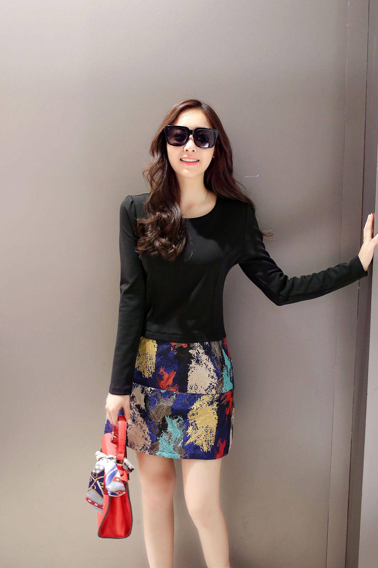 ชุดเดรสทำงานสีดำ ตัวเสื้อแขนยาว คอกลม เอวเข้ารูป กระโปรงลายสีสันสดใส สวยเก๋