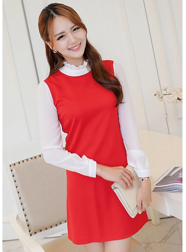 ชุดเดรสทำงานสีแดง แขนยาว คอเต่าช่วงคอ และแขน เย็บผ้าสีขาว สวยเก๋