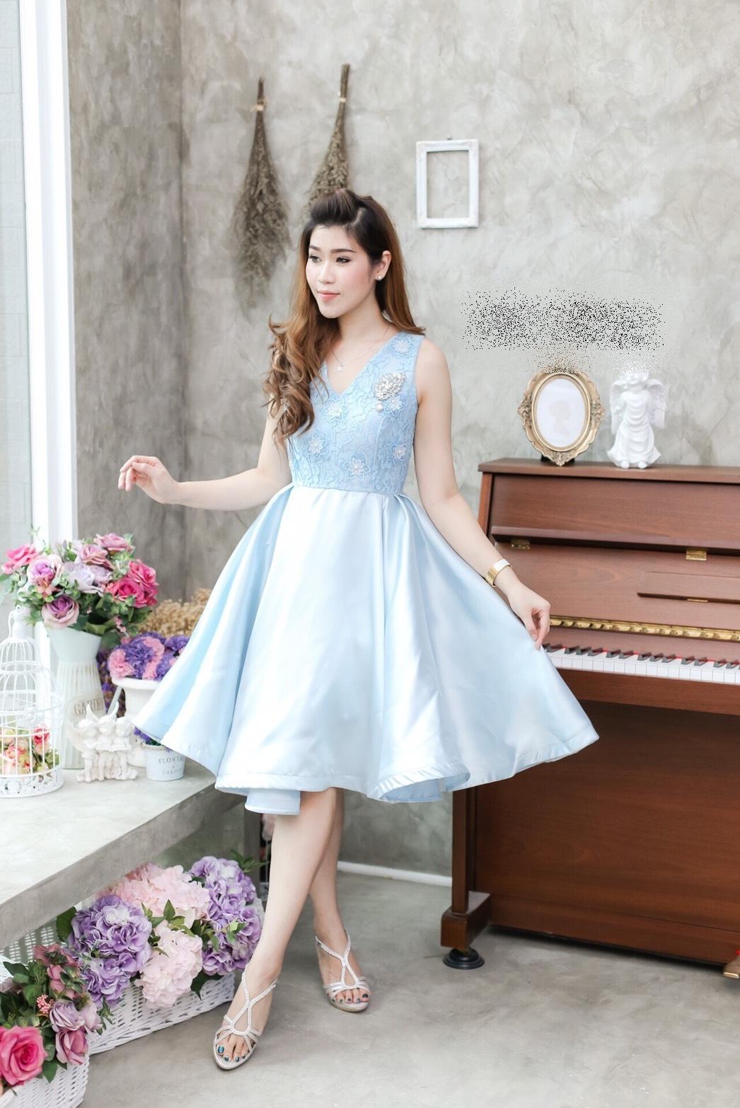 ชุดออกงาน/ชุดไปงานแต่งงานสีฟ้า เดรสสั้น แขนกุด กระโปรงบาน ผ้าลูกไม้+ผ้าไหมเกรดพรีเมี่ยม ราคาถูก