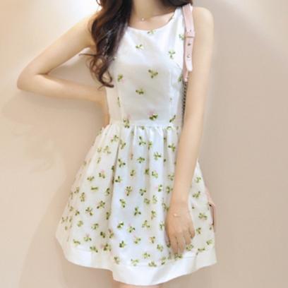 ชุดเดรสสั้นน่ารักๆ สีขาว ปักลายสีเขียวสวยเก๋ คอกลม แขนกุด