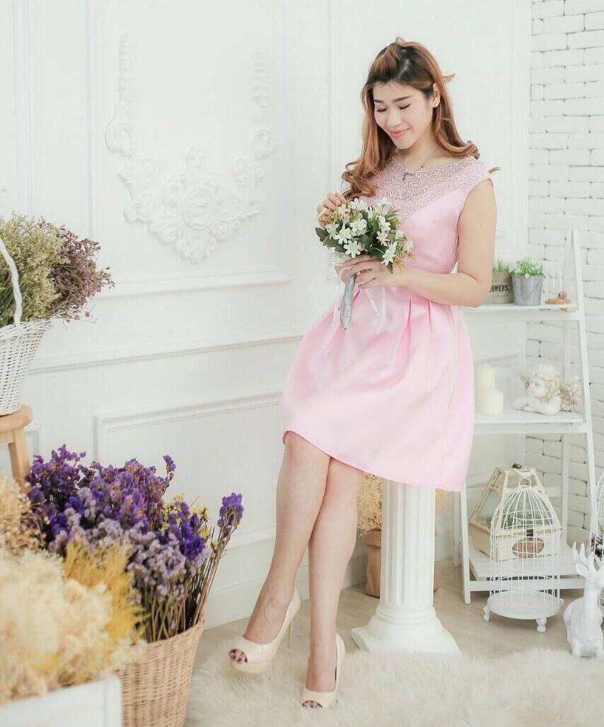 ชุดไปงานแต่งงาน ชุดออกงาน สีชมพู ผ้าไหมซาตินเกรดพรีเมี่ยม ีดีเทลที่ด้านบนแต่งด้วยลูกไม้สวยหรู