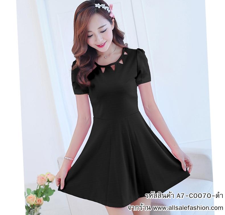 ชุดเดรสสั้นน่ารักๆ สีดำ สีพื้น คอกลมฉลุลายสามเหลี่ยม แขนสั้น กระโปรงบาย