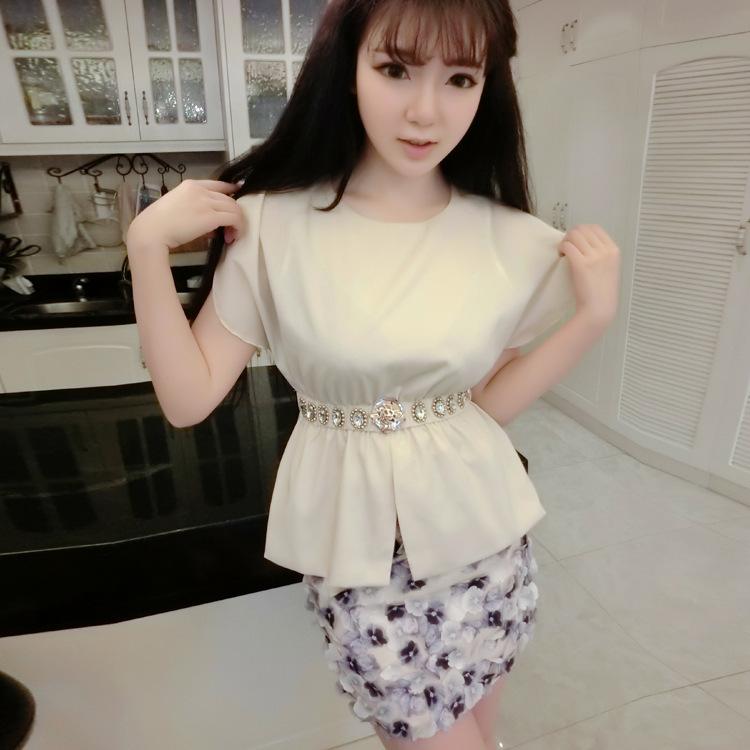 ชุดกระโปรงน่ารักแฟชั่นเกาหลี เซตสองชิ้น เสื้อสีครีมคาดเอวด้วยคริสตัลสวยหรู + กระโปรงโทรสีม่วงปักดอกไม้ สำเนา