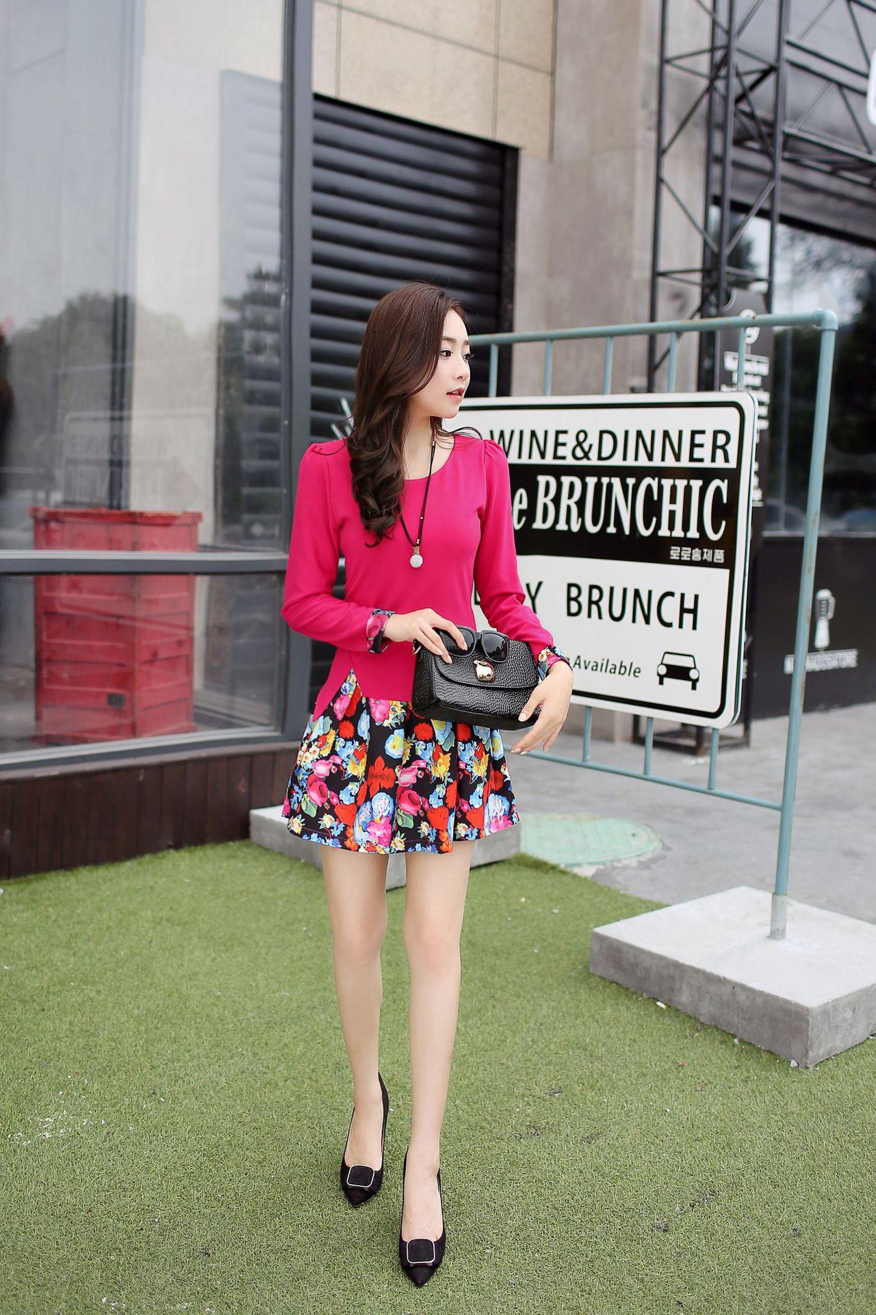 ชุดเดรสทำงานสีชมพูเข้ม ตัวเสื้อแขนยาว คอกลม เอวเข้ารูป กระโปรงชีฟอง ลายดอกไม้