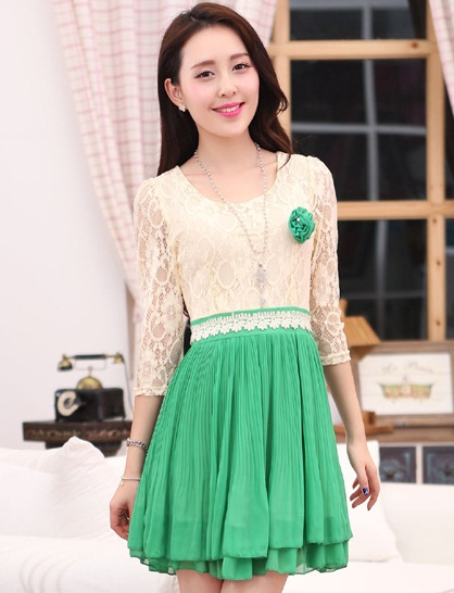 ชุดไปงานแต่งงานกลางวันสวยๆ สีเขียว เสื้อลูกไม้สีเบจ คอกลม แขนสามส่วน เย็บต่อด้วยกระโปรงสั้นผ้าชีฟองอัดพลีทน่ารักๆ มีซิปข้าง
