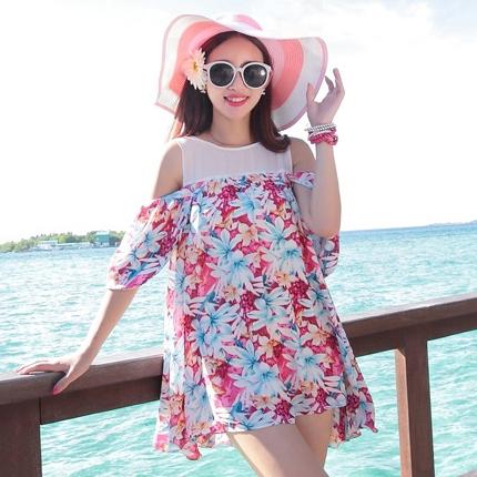ชุดเดรสสั้นใส่เที่ยวทะเลสวยๆ โทนสีชมพูลายดอกไม้ เว้าไหล่ ทรงปล่อย