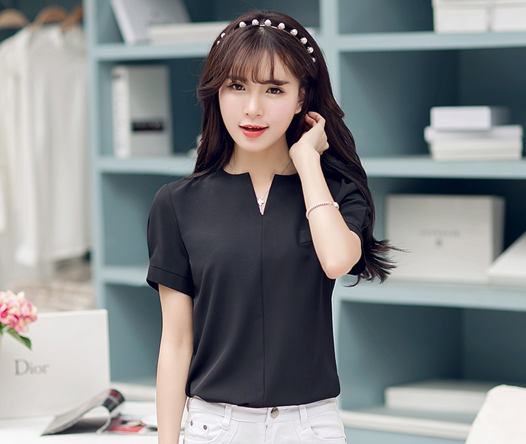 เสื้อทำงานสีดำสวยๆ คอวี แขนสั้น ลุคเรียบๆ สวย ดูดี น่ารักๆ ใส่ทำงาน ใส่เที่ยวได้