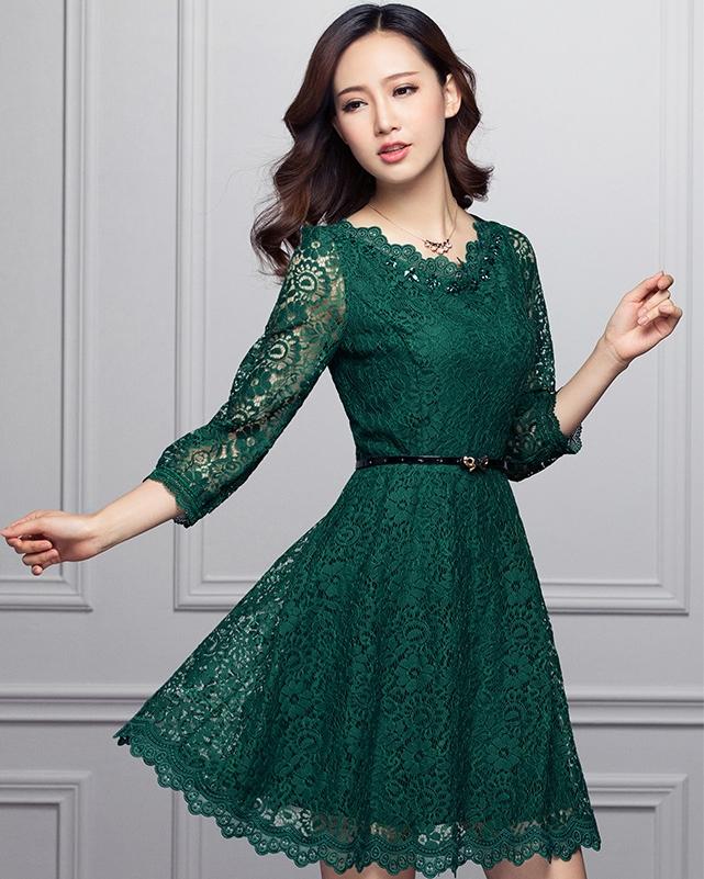 ชุดเดรสไปงานสีเขียว ผ้าลูกไม้ แขนยาว พร้อมเข็มขัดเข้าชุด ลุคสาวหวาน เรียบร้อย สวยหรู ดูดี เหมาะใส่เป็นชุดไปงานแต่งงานธีมสีเขียว งานเลี้ยงต่างๆ