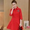 ชุดเดรสสั้นสีแดง คอเชิ้ต แขนสี่ส่วน ปักคริสตัล ลุคเรียบๆ ราคาถูก