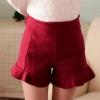 กางเกงขาสั้นสีแดง เอวสูง เข้ารูป ปลายกางเกงแต่งระบาย น่ารัก