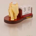 ของพรีเมี่ยม ปฎิทินตั้งโต๊ะ ช้างประดับเพชร ขนาดกว้าง 12.5 ซม. สูง 10.0 ซม.