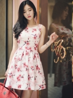 ชุดเดรสสั้นสีขาวลายดอกไม้ ลุคสวยหวาน น่ารัก สดใส