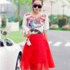 ชุดเซ็ทเสื้อกระโปรงสีแดง เสื้อพิมพ์ลายกราฟฟิค คู่กับกระโปรงสั้นสีแดง