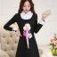 ชุดเดรสสั้นสีดำ คอปกสีขาว ปลายแขนพับขึ้น ด้านหน้าพิมพ์ลายตุ๊กตาน่ารักๆ แนวเกาหลี thumbnail 1