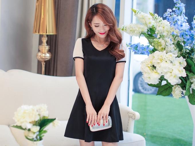 ชุดเดรสสั้นสีดำ แขนสั้นสีขาว คอวี เอวเข้ารูป กระโปรงบานน่ารัก
