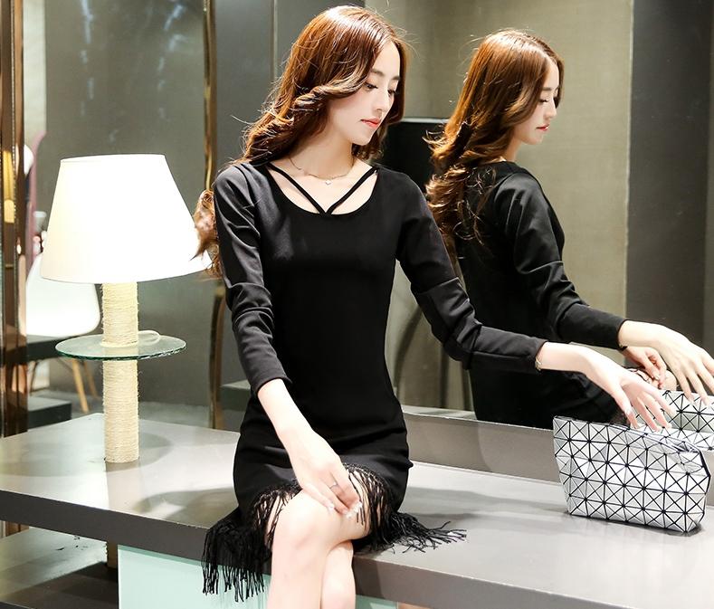 ชุดเดรสสั้นสีดำ ทรงตรง แขนยาว ปลายกระโปรงแต่งระบายด้วยไหมญี่ปุ่น
