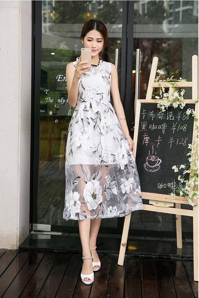 ชุดเดรสยาวสีขาว พิมพ์ลายดอกไม้ ผ้าไหมแก้ว แขนกุด ลุคสวยหวานน่ารักสไตล์เกาหลี