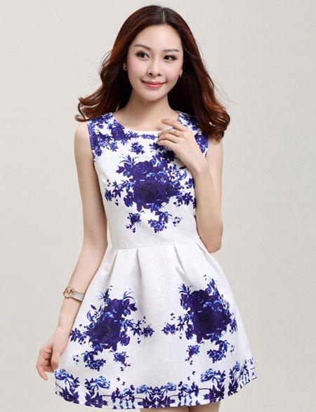 ชุดเดรสทำงานแฟชั่นสไตล์เกาหลีสวยๆ ชุดแซกกระโปรงใส่ทำงาน สีขาว พิมพ์ลายดอกไม้สีน้ำเงิน ผ้าคอลตอลอัดลายดอกไม้ ซิปหลัง