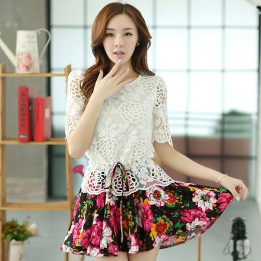 ชุดเดรสสั้นลายดอกไม้ เสื้อผ้าลูกไม้สีขาว เย็บต่อด้วยกระโปรงสั้นลายดอกไม้ เป็นชุดเดรสแฟชั่นน่ารักๆ สไตล์เกาหลี ( S,M,L,XL,)