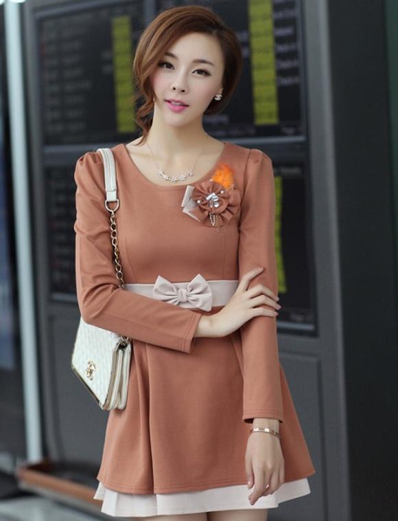 ชุดเดรสทำงานสวยๆแฟชั่นเกาหลี ชุดแซกกระโปรงสั้น สีน้ำตาล ผ้าสเปนเด็กซ์ แขนยาว แต่งโบว์น่ารักๆ