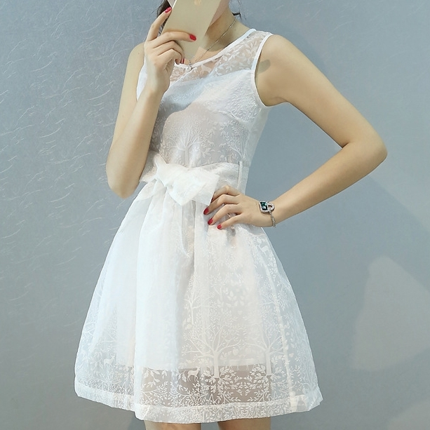 ชุดเดรสสั้นน่ารักๆ สีขาว แขนกุด พร้อมผ้าผูกเอวเข้าชุด ผ้าไหมแก้ว