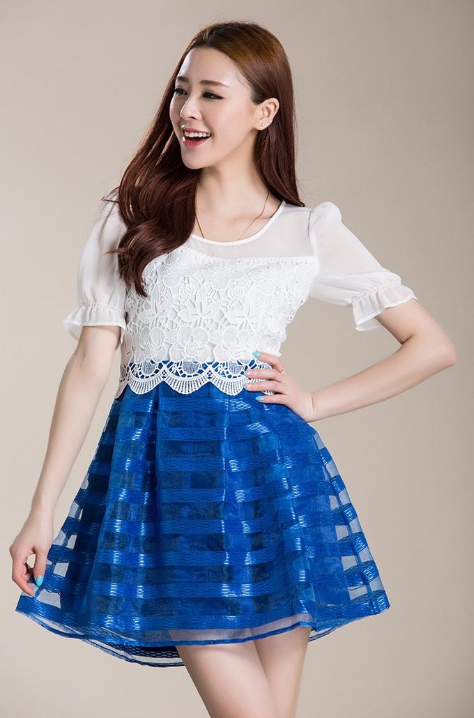 ชุดเดรสสั้นแนวหวาน สีน้ำเงิน เสื้อผ้าลูกไม้ แขนสามส่วน ปลายแขนแต่งลูกไม้ เย็บต่อด้วยกระโปรงสีน้ำเงินผ้าแก้ว ซิปข้าง