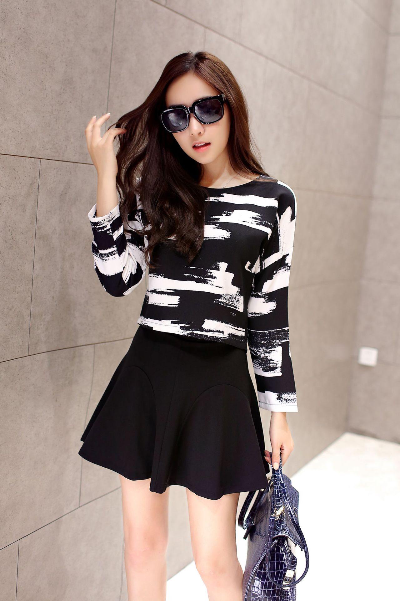 ชุดเซ็ท เสื้อ กระโปรง ตัวเสื้อ แขนยาว คอกลม พิมพ์ลาย กระโปรงสั้นสีดำ สวยเก๋